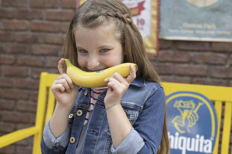 Linda sourit avec une banane Chiquita