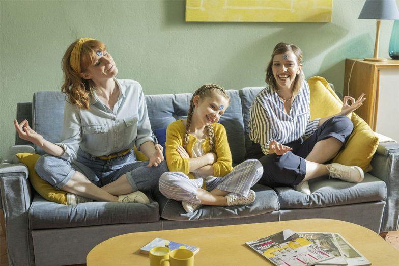 Linda joue avec sa famille avec des autocollants Chiquita